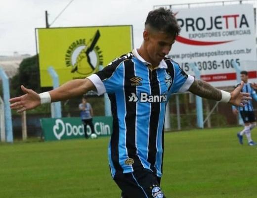 Com passagem pelo São Luiz, atacante Ferreira é relacionado para o duelo entre Grêmio e Flu