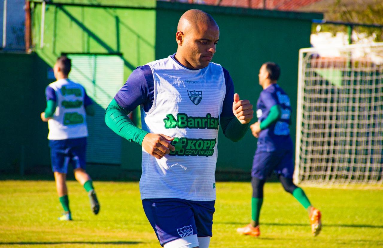 Zagueiro Claudinho no radar do Esporte Clube São Luiz