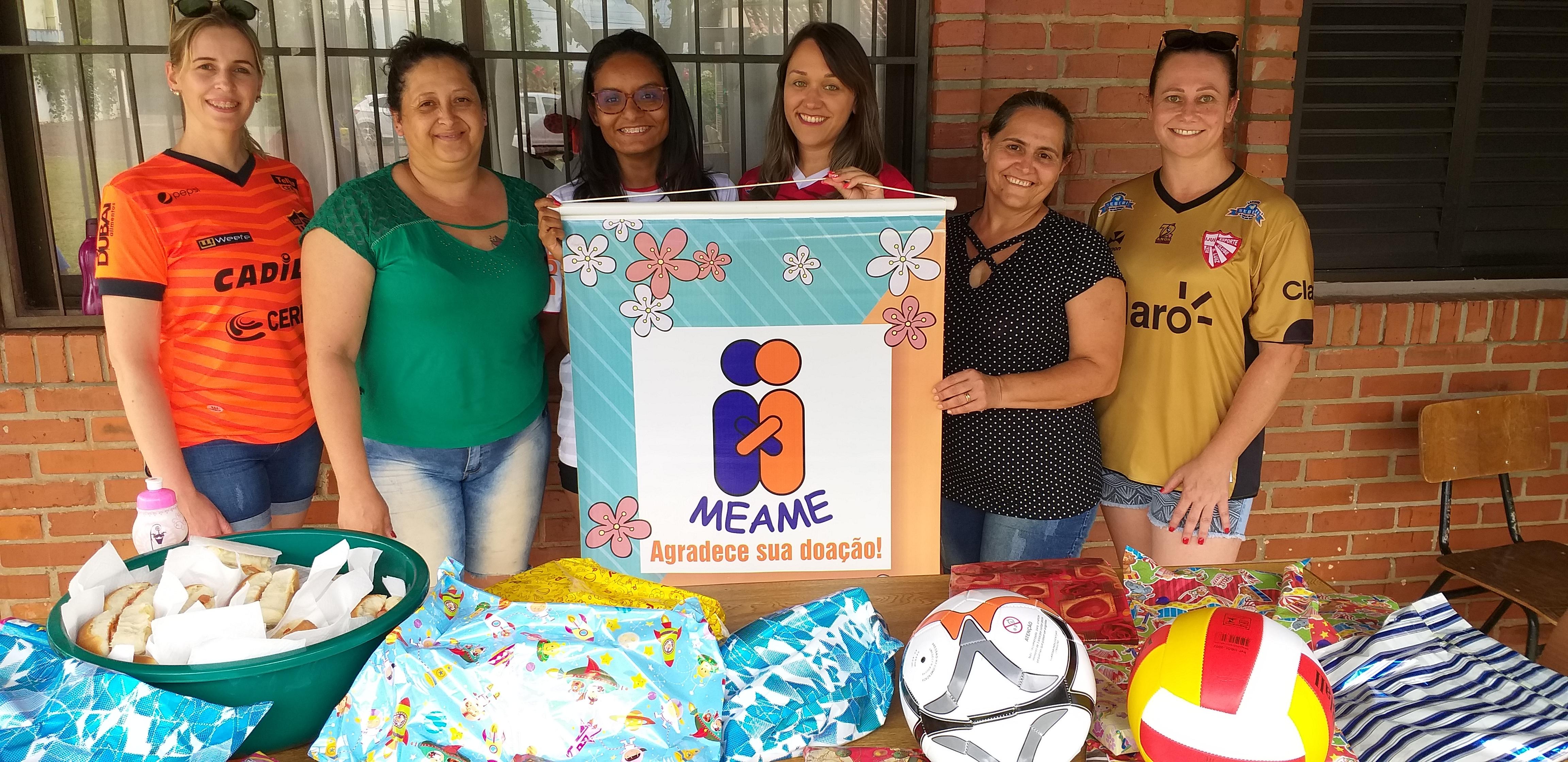 Torcedoras do São Luiz entregam brinquedos para crianças da casa Lar Meame