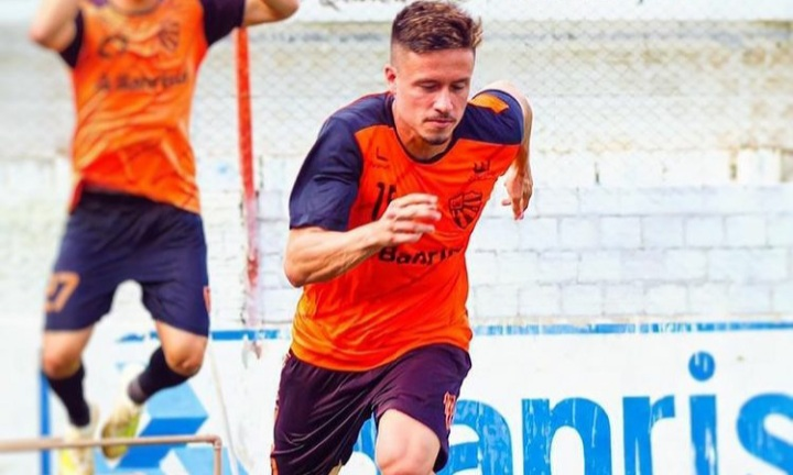 Lateral Vitinho assina seu primeiro contrato profissional