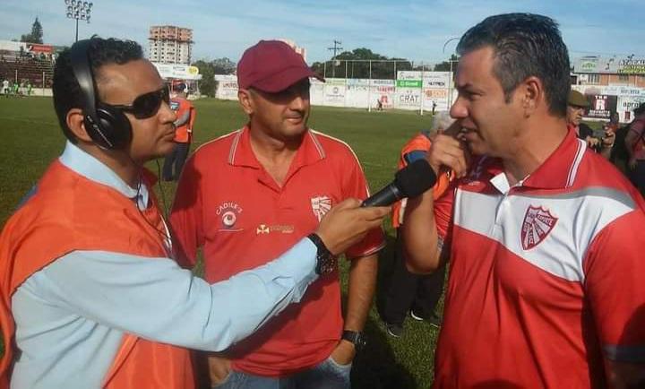 Técnico Paulo Henrique Marques faz doação para Escolinha do São Luiz