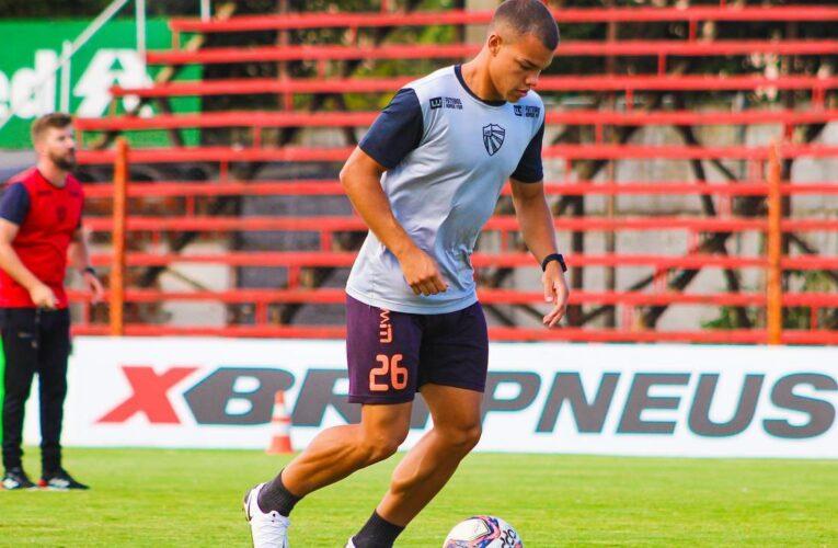 Zagueiro Gustavo Marins pode fazer sua estréia como atleta profissional