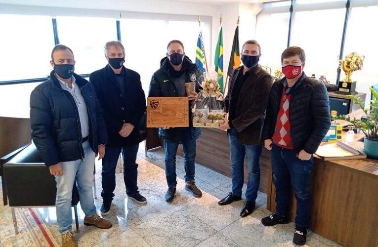 Dirigentes do São Luiz e prefeito de Ijuí visitam presidente da FGF