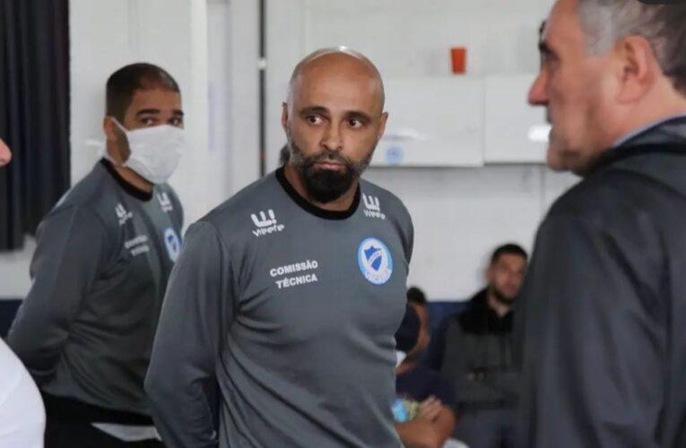 Glória apresenta Alê Menezes para o comando técnico